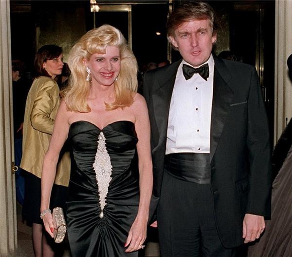 Donald Trump cùng người vợ đầu - Ivana Trump - tại một sự kiện vào năm 1989.