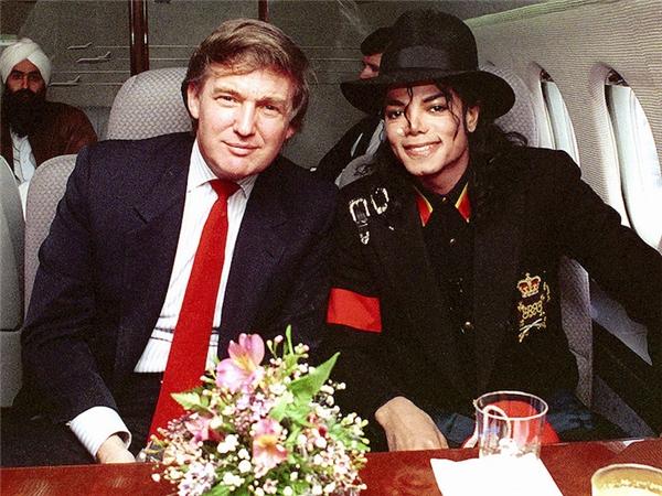 """Một trong những scandal lớn nhất của Trump là kì thị người da màu, nhưng rất ít người biết ông có rất nhiều bạn là người Mỹ gốc Phi như Russell Simmons, Mike Tyson, Dennis Rodman và cả """"ông hoàng"""" Michael Jackson."""