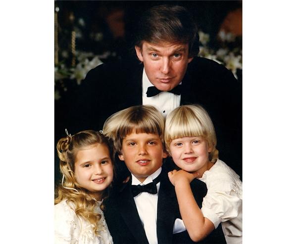 Ông Trump cùng ba người con, ảnh chụp vào khoảng 30 năm trước.