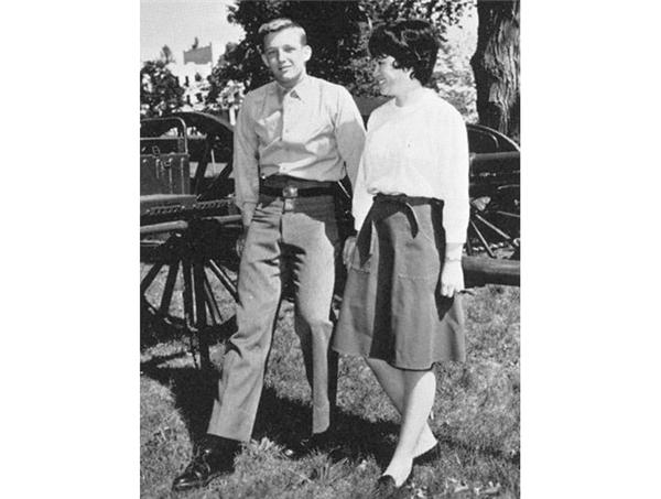 Donald Trump chưa bao giờ công khai bức ảnh này nhưng đây là ảnh ông chụp cùng bạn gái khi còn học tại Học viện Quân sự New York vào năm 1964.