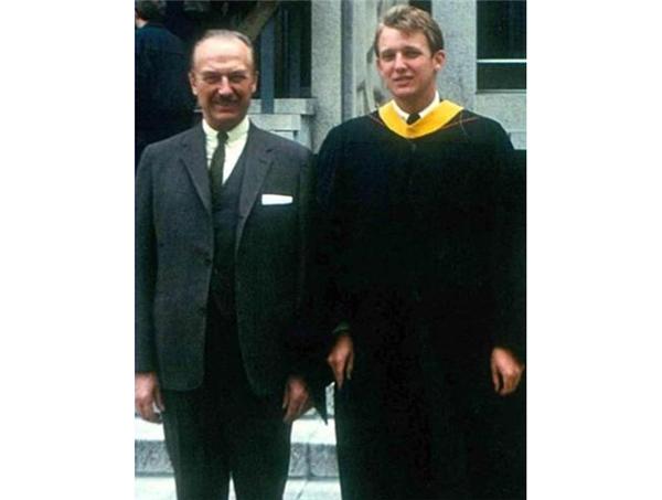 Donald Trump cùng cha - ông Fred Trump tại lễ tốt nghiệp University of Pennsylvania năm 1968.