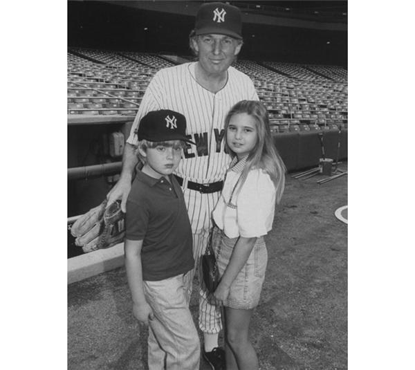 Dành thời gian xem bóng chày cùng các con tại sân vận động Yankee vào năm 1992.