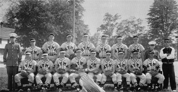 Tân Tổng thống (hàng đầu, thứ 4 từ trái qua) cũng từng tham gia vào đội bóng chày của Học viện Quân sự New York.