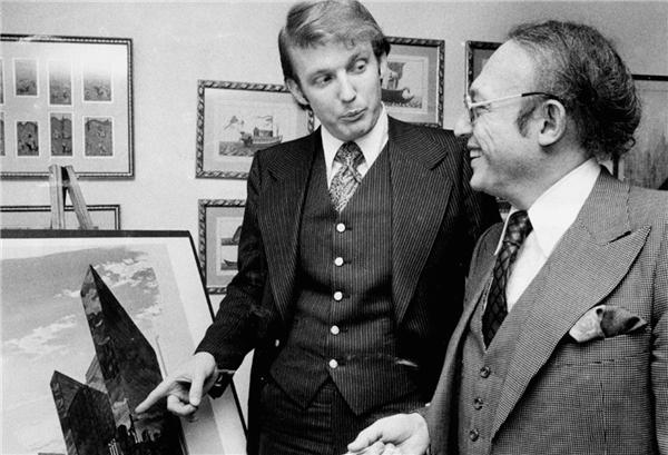 Donald Trump thời còn trẻ cùng Alfred Eisenpreis -Nhà quản trị Phát triển kinh tế thành phố New York.