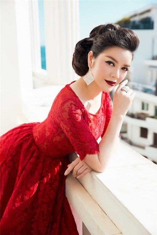 Những bộ váy màu đỏ rực rỡ, cuốn hút của Lý Nhã Kỳ