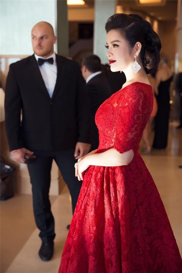 Sắc đỏ cũng thường được nữ diễn viên doanh nhân danh tiếng lựa chọn để xuất hiện tại các sự kiện quan trọng. Chắc hẳn, khán giả vẫn chưa thể quên chiếc đầm xòe trên nền chất liệu ren từng giúp Lý Nhã Kỳ ghi điểm trên thảm đỏ Liên hoan Phim Cannes một trong những sự kiện danh giá của làng giải trí thế giới. Kết hợp cùng trang phục là kiểu tóc búi cổ điển, màu môi đỏ thẫm sắc lạnh.