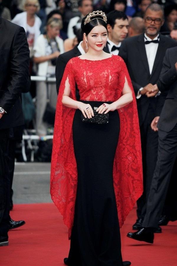 Tại Cannes 2015, sắc đỏ lại được kết hợp cùng tông đen sang trọng giúp Lý Nhã Kỳ tỏa sáng. Thời điểm đó, phom váy tay cape được xem là xu hướng chủ đạo của làng mốt thế giới. Vẻ ngoài của nữ diễn viên Gió nghịch mùa càng trở nên ấn tượng hơn với chiếc cài tóc được chạm trổ tinh xảo.