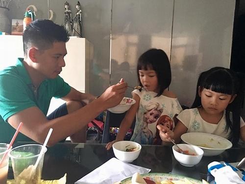 Mỗi khi vợ vắng nhà, Bình Minh còn tự tay đút cơm cho các con thay vì nhờ vả người giúp việc. - Tin sao Viet - Tin tuc sao Viet - Scandal sao Viet - Tin tuc cua Sao - Tin cua Sao