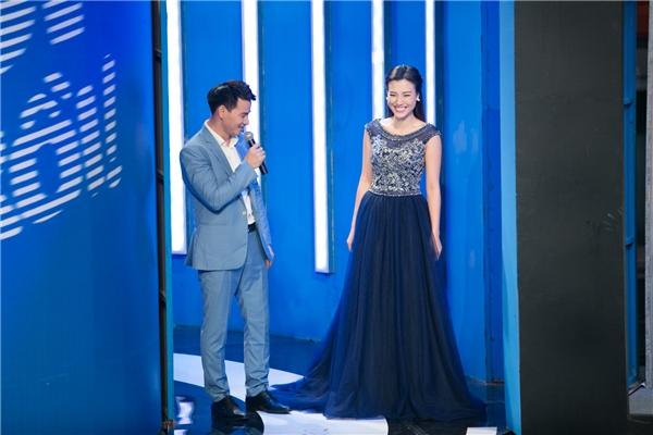 Ngoài ra, nữ MC chuẩn bị thêm một bộ váy dạ hội sang trọng để đối mặt tình huống trên sân khấu khiến MC Xuân Bắc ngắm nhìn không rời mắt. - Tin sao Viet - Tin tuc sao Viet - Scandal sao Viet - Tin tuc cua Sao - Tin cua Sao