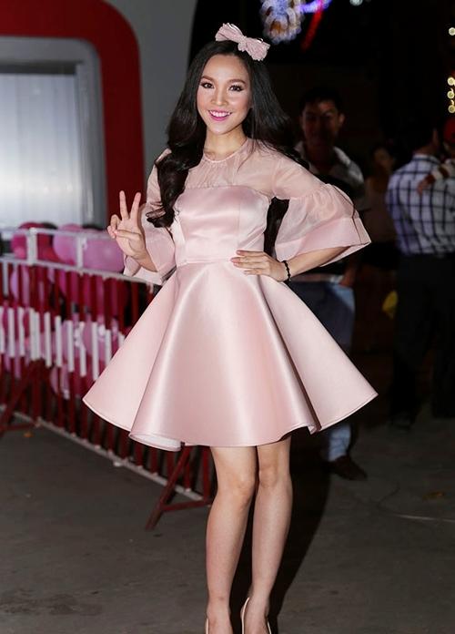 Hiền Thục cũng thuộc tuýp mỹ nhân Việt thích phong cách thời trang trẻ trung hơn tuổi thật. Nhưng nữ ca sĩ chỉ trông ổn khi diện trang phục thật đơn giản kết hợp phụ kiện nhẹ nhàng.