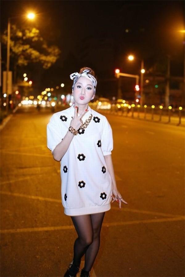 Khánh Thi theo đuổi trào lưu cột khăn turban được giới trẻ ưa chuộng cách đây hơn nửa năm.