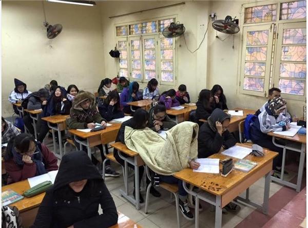 Khi đi học gặptrời lạnh thì các bạn cứ cẩn thận mang chăn theo nhé. Người bàn trước bàn sau đều được ấm. Cẩn thận quá luôn. (Ảnh: Internet)