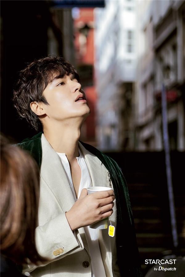 Hình hậu trường của Lee Min Ho cũng lung linh không kém ảnh chụp họa báo.
