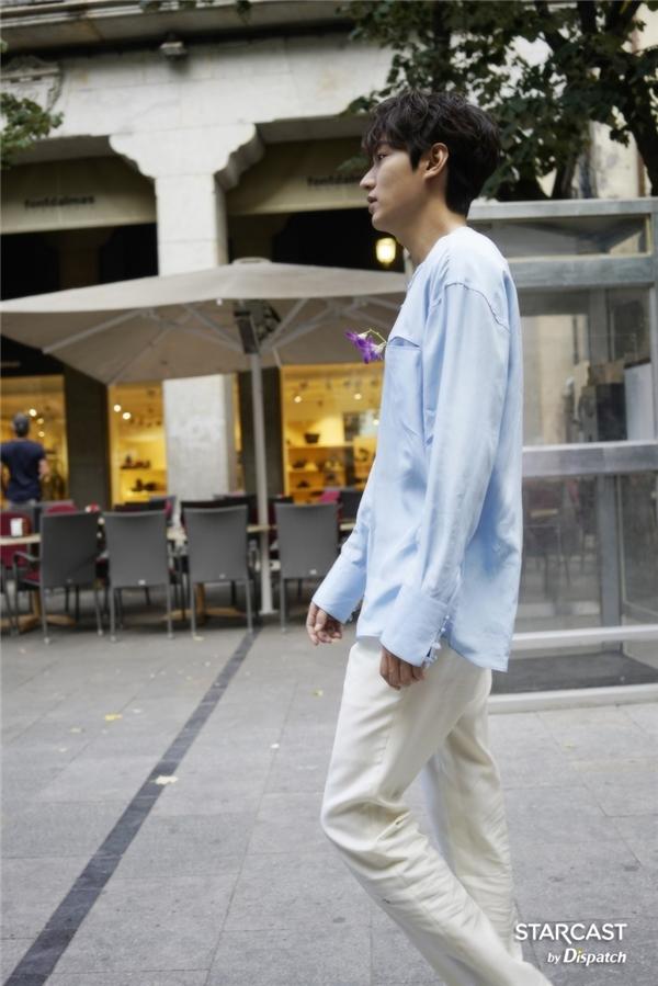 Dù là trang phục đời thường hay vest lịch lãm, Lee Min Ho vẫn toát lên khí chất thanh cao và sức hút khó cưỡng.