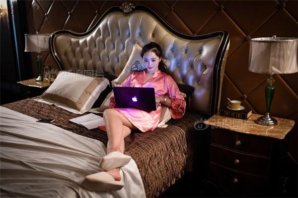 Công việc của cô nàng chính là đến những ngôi nhà hạng sang, sống thử trong đó và ghi lại nhật kí để báo cáo cho cấp trên.