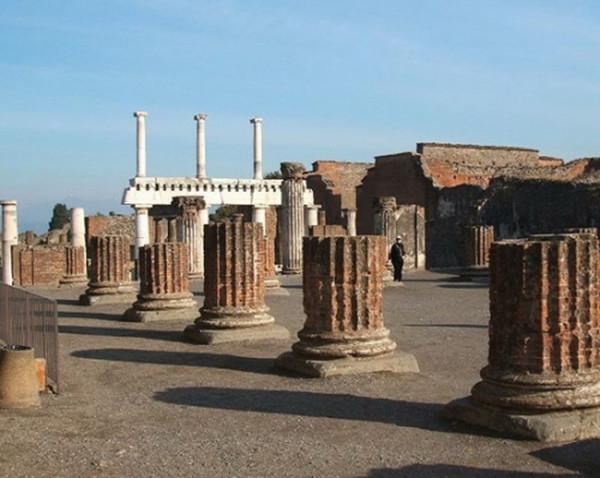 Núi lửa Vesuvius đã phun trào và chôn vùi toàn bộ thành phố Pompeii của đế chế La Mã cổ đại.