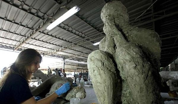 Rất nhiều tượng đá từ hình dáng có thể thấy họ vô cùng sợ hãi và tuyệt vọng, họ thậm chí không chạy trốn mà lấy tay che mắt lại để chờ đợi cái chết đến.
