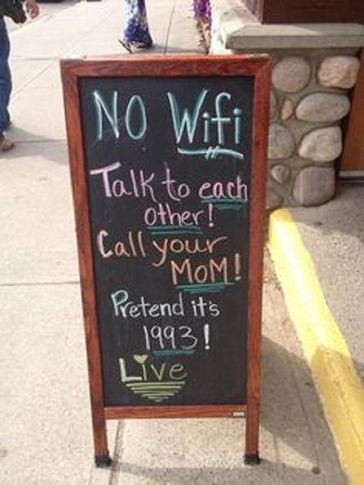 Ở đây không có Wifi đâu, hãy nói chuyện với nhau đi hoặc gọi cho mẹ của bạn. Hãy tưởng tượng như mình đang sống vào những năm 1993.