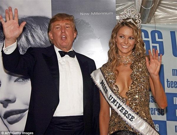 Trong suốt quá trình gần 20 năm nắm giữ tổ chức Hoa hậu Hoàn vũ, Donald Trump đã mang đến một cuộc thi nhan sắc sôi động, thu hút hơn 1 tỷ lượt xem trực tiếp trong đêm chung kết. Và dĩ nhiên, lợi nhuận mà Trump thu được là không hề nhỏ. Tuy nhiên, nhìn lại quãng thời gian này, không ít bê bối đã xảy ra xoay quanh Trump và các hoa hậu, thí sinh cũng như quyền quyết định kết quả cuối cùng.