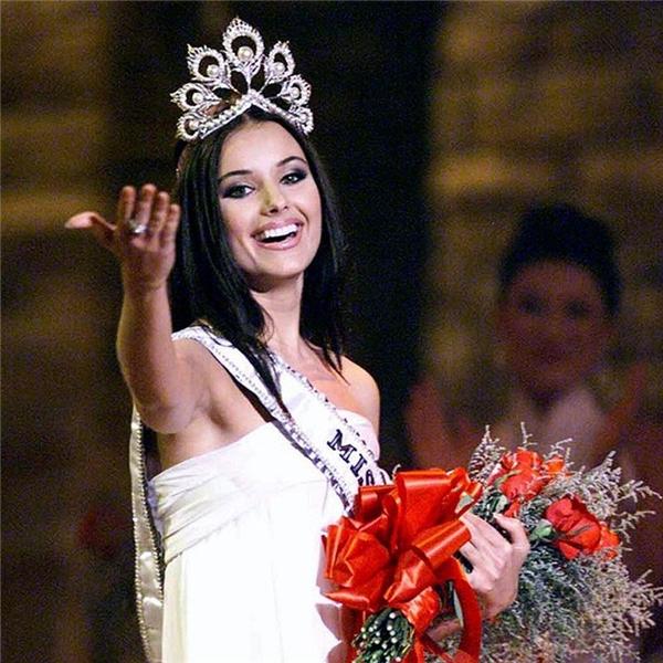 Năm 2002, Oxana Federova (người Nga) lên ngôi Hoa hậu Hoàn vũ. Cô cũng là người đẹp duy nhất bị tước vương miện trong lịch sử cuộc thi cho đến thời điểm hiện tại. Tuy nhiên, lí do tước vương miện của hoa hậu Nga vẫn không được Donald Trump tiết lộ.