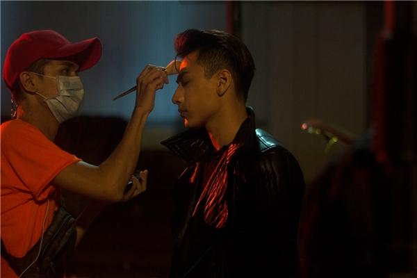 """Được biết, MV được quay trong 3-4 ngày. Do gặp điều kiện thời tiết khó khăn, Isaac chia sẻê-kíp phải làm việc """"xuyên đêm"""" từ 10h tối đến 6h sáng để tránh trời mưa. - Tin sao Viet - Tin tuc sao Viet - Scandal sao Viet - Tin tuc cua Sao - Tin cua Sao"""