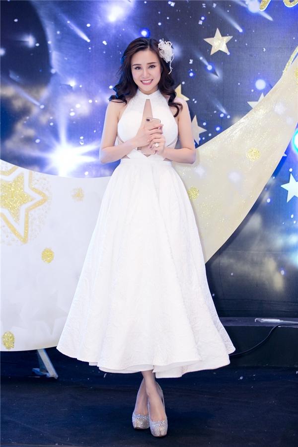 Trong chiếc đầmtrắng tinh khôi, giám khảo Vy Oanh xinh như một nàng công chúa. - Tin sao Viet - Tin tuc sao Viet - Scandal sao Viet - Tin tuc cua Sao - Tin cua Sao