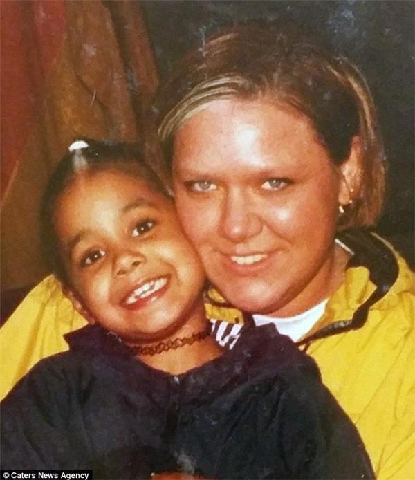 Brianna cùng với mẹ ruột thuở nhỏ.