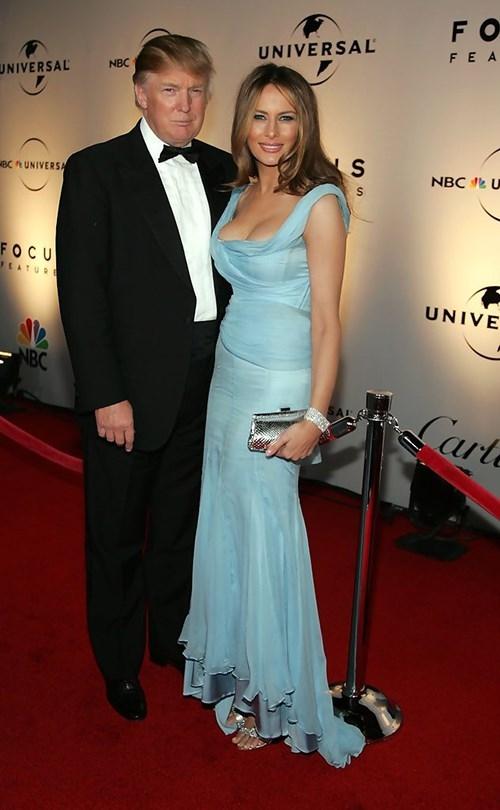 Khi tham gia các sự kiện, nếu như Donald Trump trung thành với suit cổ điển thì Melania lại biến hóa liên tục với những dáng đầm ôm, phô diễn đường cong triệt để. Các thiết kế được tạo điểm nhấn bằng chi tiết cắt cúp ở ngực, thắt eo, chân váy.