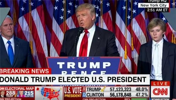 Barron Trump, con trai út 10 tuổi của Donald Trump, phải thức tới 3 giờ sáng để đứng cạnh bên bố mình trong bài phát biểu chiến thắng.