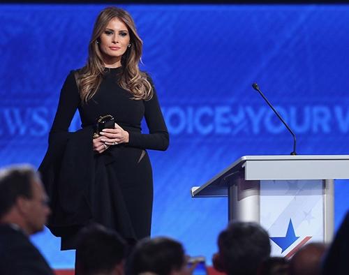 """Melania Trump dùng thời trang để """"đổi phiếu"""" cho chồng?"""