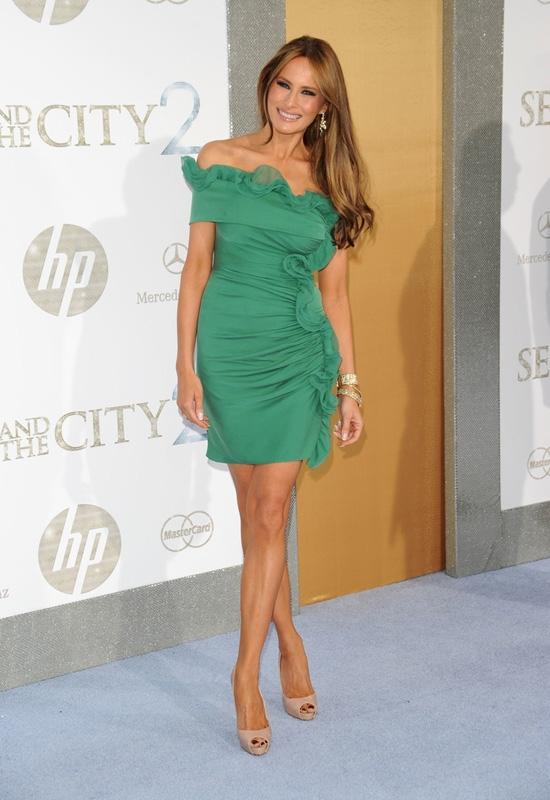 Melania Trump vốn xuất thân là một người mẫu người Slovenia. Cô kết hôn cùng Donald Trump vào năm 2005 sau 7 năm quen biết, hẹn hò và chung sống. Với thân hình bốc lửa, tân đệ nhất phu nhân xứ sở cờ hoa luôn diện những trang phục gợi cảm nhằm phô diễn tối đa lợi thế về hình thể.