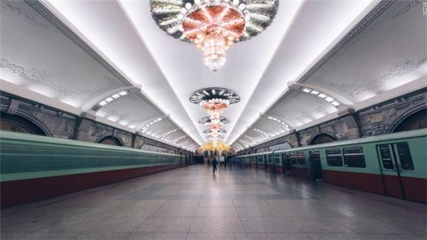 Hình ảnh đèn chùm bắt mắt trên trần nhà ga tàu điện ngầm tại Bình Nhưỡng.