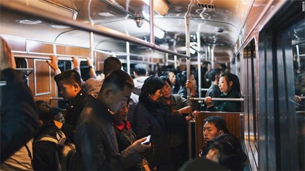 Người dân Triều Tiên lại hoàn toàn giữ yên lặng khi ở trên tàu và rất ít người cầm trên tay chiếc điện thoại.