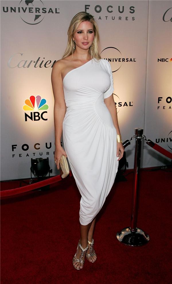 Chính kinh nghiệm của một người mẫu đã giúp Ivanka định hình phong cách cá nhân khá tốt. So với các ngôi sao hàng đầu Hollywood, ái nữ nhà Donald Trump không hể kém cạnh. Cô thường diện trang phục của những nhà mốt hàng đầu thế giới như: Gucci, Chanel, Oscar de la Renta hay Giambattista Valli,…