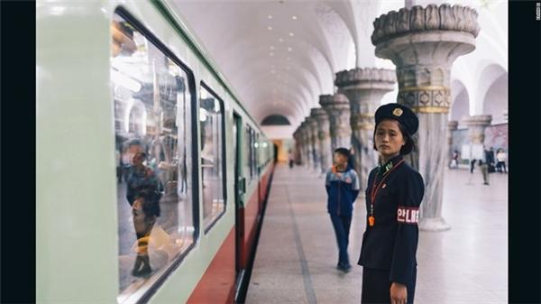 Nữ nhân viên nhà ga tàu điện ngầm.