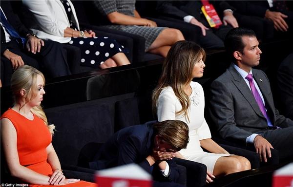 """Trước đó vào tháng 7, Barron cũng đã từng """"gục lên gục xuống"""" vô cùng khổ sở khi phải tham dự một buổi diễn thuyết của bố mình."""