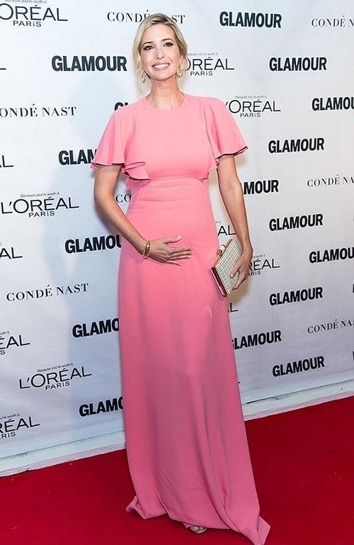Thậm chí trong quá trình mang thai, Ivanka cũng chứng tỏ đẳng cấp của một quý cô thời thượng với những thiết kế phù hợp sắc vóc.