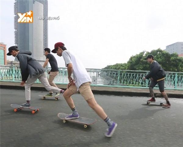 Không cần khoe thân hình sáu múi chuẩn mực, các chàng trai đứng trên ván trượt cũng cực kỳ thu hút.