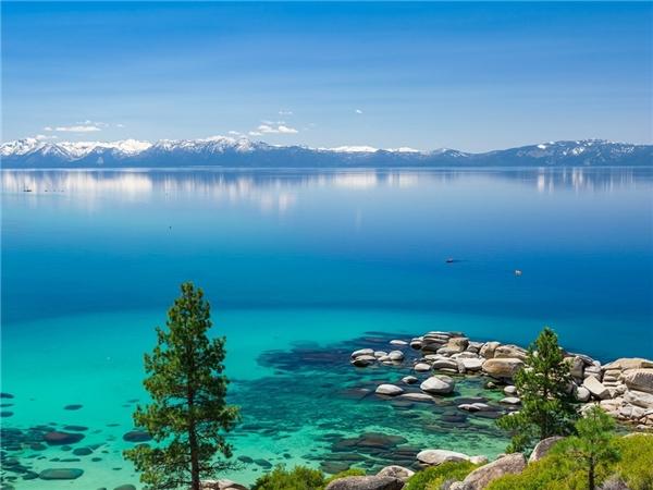 Hồ Tahoe, California và Nevada mang lại cảm giác trong lành và mát mẻ.Ảnh: Getty.