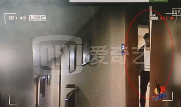 """Lộ ảnh chồng Dương Mịch ở phòng khách sạn với bạn diễn mặc """"thiếu vải"""""""