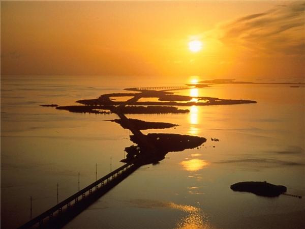 Cầu Seven Mile, Florida Keys gồmcó 2 cây cầu, trong đó có cây cầu mới xây dài gần 7 dặm như tên gọi (11 km), ngắn hơn cầu cũ một chút.Ảnh: Getty.