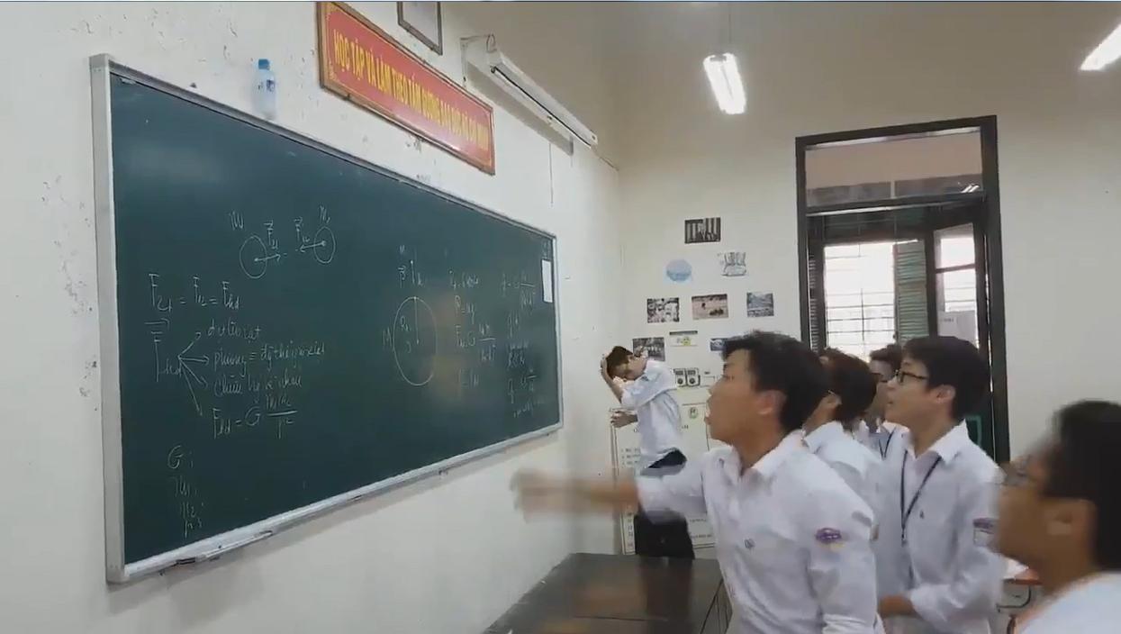 Các bạn học sinh Việt thi nhau ném chai nước trong giờ chơi.(Ảnh cắt từ clip)
