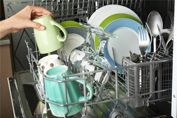 Máy rửa chén bát: Chiếc máy đầu tiên được bà Josephine Cochrane phát minh vào năm 1886, dù vậy bà chưa bao giờ sử dụng nó mà chỉ dùng nó để cho công việc của đầy tớ trong nhà được nhẹ nhàng hơn.