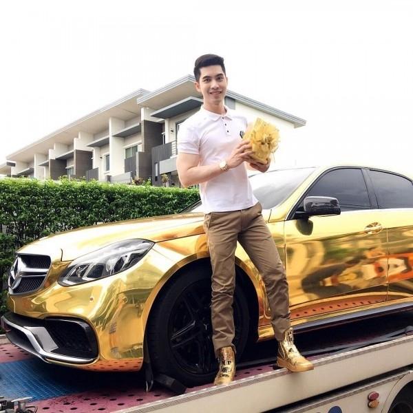 Anh chàng còn dát vàng lên cả siêu xe của mình.