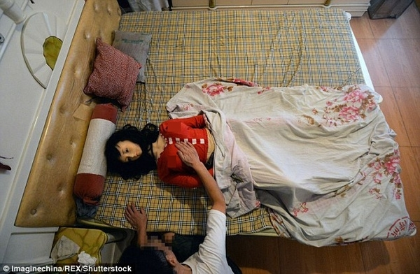 Sau cái chết của vợ, bác sĩ Zhang đã mua một con búp bê silicon người lớnvề làm bạn cho vơi nỗi buồn.