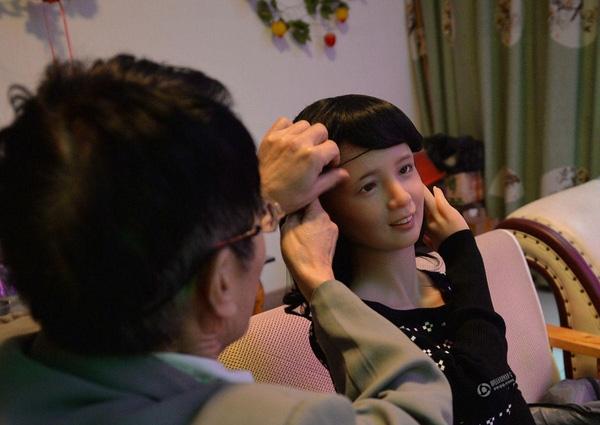 Ông cho rằng cô búp bê có gương mặt giống với người vợ của ông khi còn trẻ.