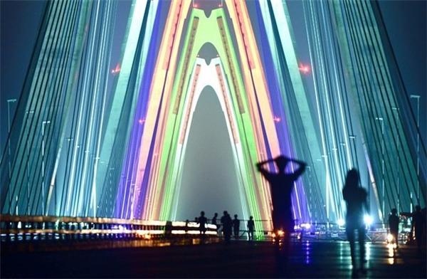 Người Hà Nội có thể sẽ được đi trên cầu Nhật Tân được chiếu sáng đèn led trước dịp Tết Nguyên đán Đinh Dậu 2017. (Ảnh: Internet)