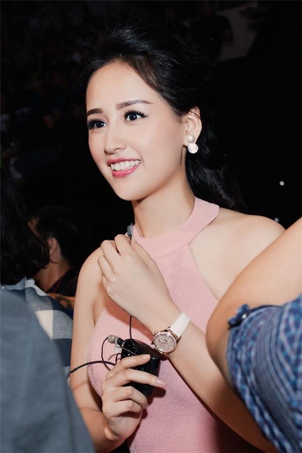 Chiếc đồng hồ màu trắng nhỏ xinh của Hoa hậu Mai Phương Thúy có giá khoảng 1,4 tỷ đồng. Thiết kế này thuộc về thương hiệu Patek Phillipe.