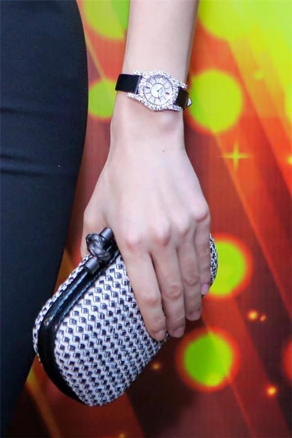 Hồ Ngọc Hà kết hợp trang phục tông xuyệt tông với chiếc đồng hồ và những phụ kiện đi kèm. 1 tỷ là giá của chiếc đồng hồ bé xinh trên tay nữ ca sĩ.
