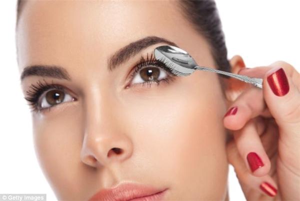 Bạn hãy đặt một chiếc thìa phía sau hàng mi khi chuốt mascara để màu mực không bị lem.